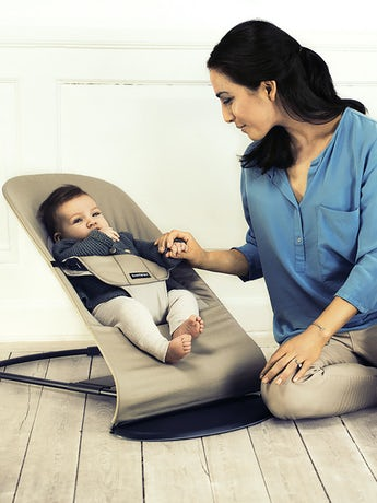 Babysitter Balance Soft i Kaki-Beige Cotton - BABYBJÖRN