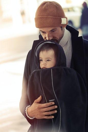 Överdrag till bärsele i svart, mjukt och vindtätt material - BABYBJÖRN