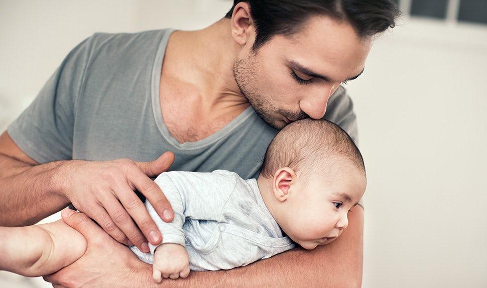 BABYBJÖRN Föräldramagasin – Spädbarns nacke tränas tillsammans med förälder i leken.