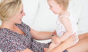 BABYBJÖRN Föräldramagasin – Barn och mamma busar och kommunicerar med genom ansiktsuttryck och gester.