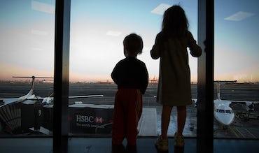 BABYBJÖRN Föräldramagasin – Förväntansfulla barn på flygplatsen, vi tipsar om reseappar inför semestern.
