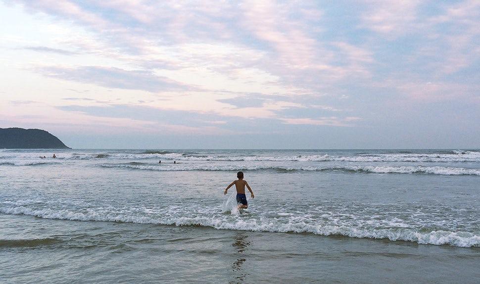 BABYBJÖRN Föräldramagasin – På sin mammaledighet åkte Carina till Brasilien, femårige sonen på stranden.