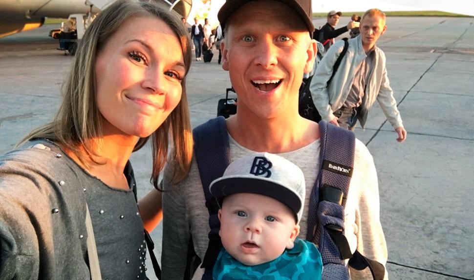 BABYBJÖRN Föräldramagasin – Petra Månström på resa med bebis, här med sambo som har sonen i bärsele.