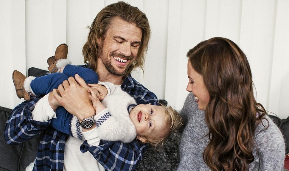Revista BABYBJÖRN – Anna y Jacob juegan con su hija Edith tras practicar actividades al aire libre.