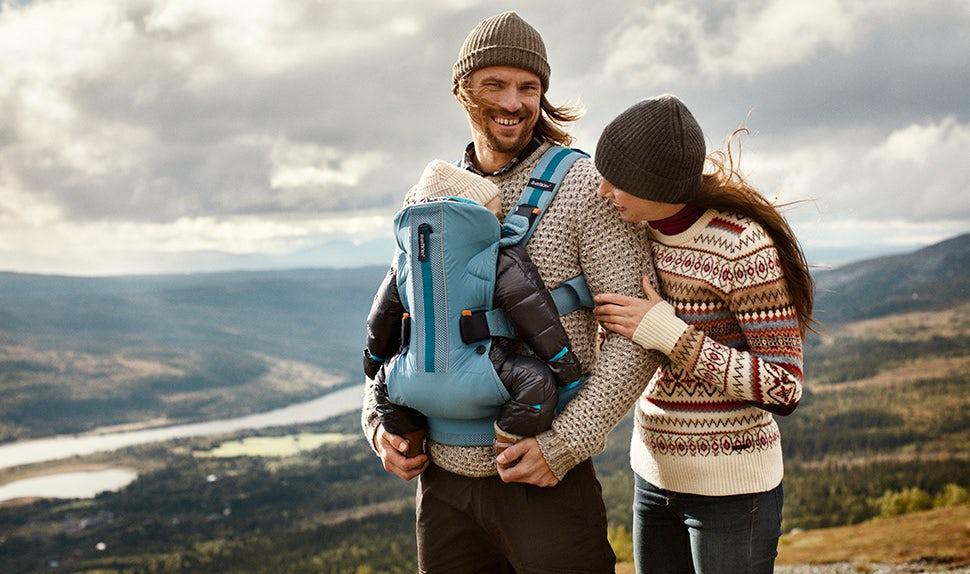 Revista BABYBJÖRN – Anna, Jacob y la pequeña Edith practican actividades al aire libre en el monte Åre.