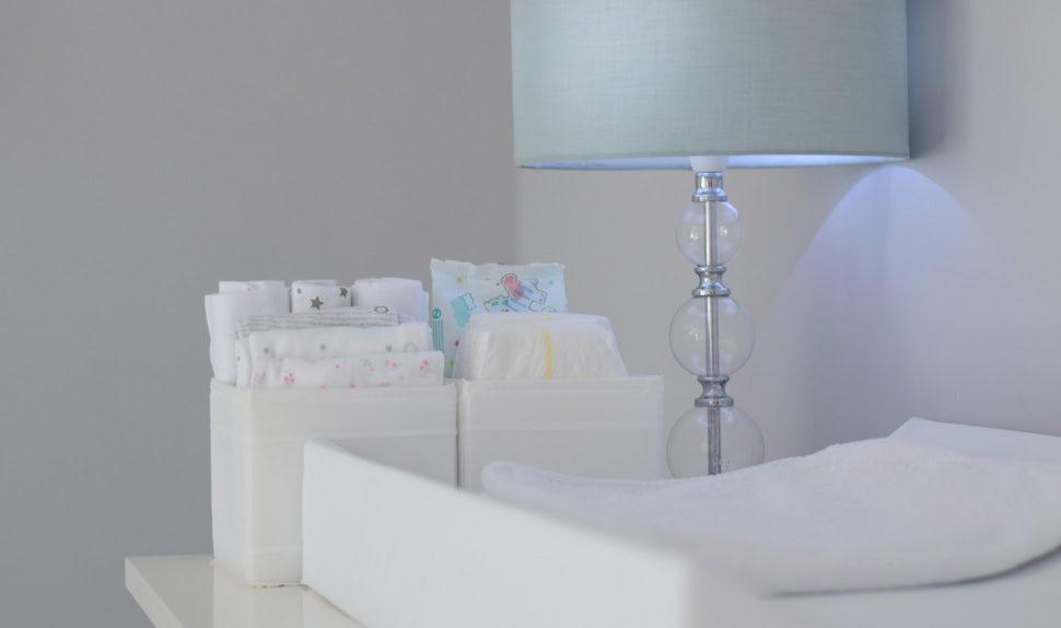 BABYBJÖRN Föräldramagasin – Nyfödd sömn innebär sömnbrist för dig. Ställ skötbordet i sovrummet så spar du tid och kraft.