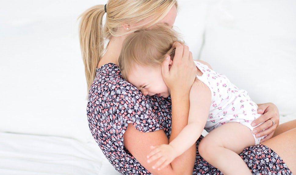 BABYBJÖRN Magazine – Infant attachment: Child and mother snuggling, something important for strengthening infant attachment.