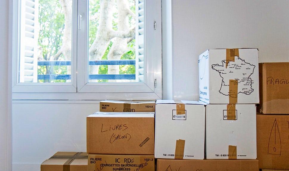 Magazine BABYBJÖRN – Les cartons de déménagement en prévision d'un départ à l'étranger avec des enfants.