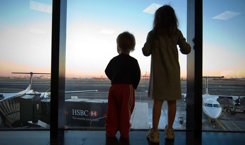 BABYBJÖRN Magazine – Excited children at the airport; our top tips for travel apps for your holiday