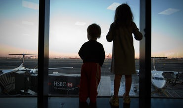 BABYBJÖRN Magazine – Excited children at an airport – we offer our best tips on travel apps