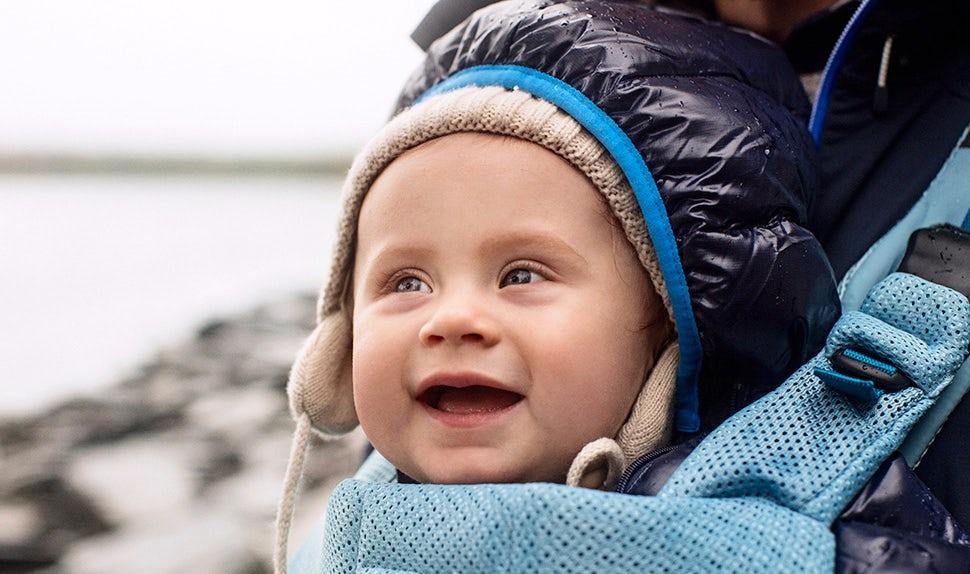 BABYBJÖRN Elternmagazin – Bei den Ausflügen wird Edith von ihren Eltern in der Babytrage getragen.