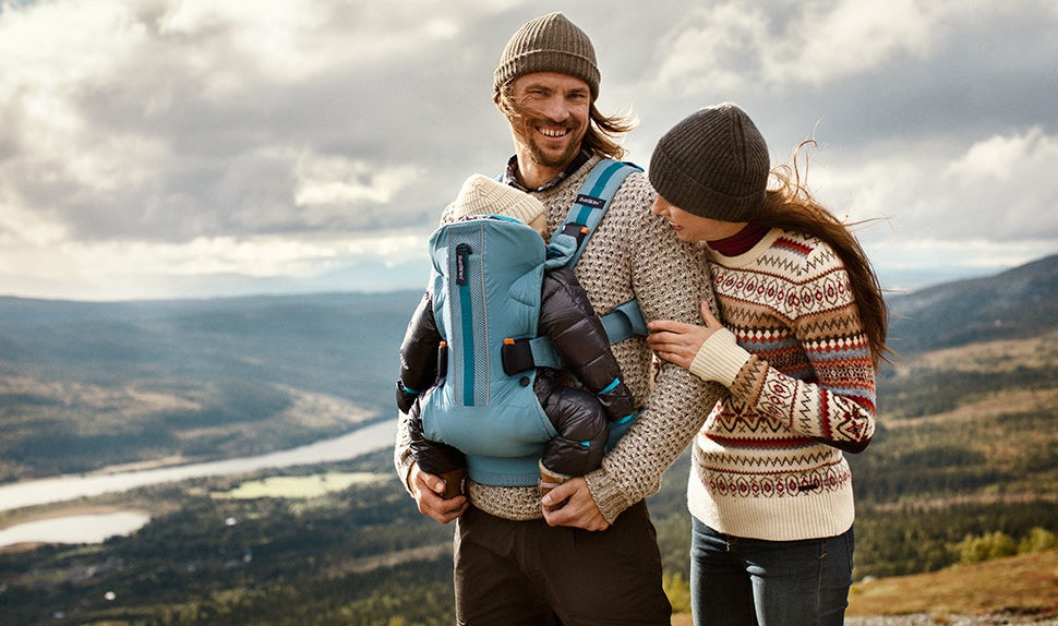 Magazine BABYBJÖRN – Activité plein air: Anna, Jacob et la petite Édith profitent de la nature et du grand air sur les montagnes d'Åre.