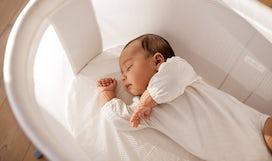 Magazine BABYBJÖRN – Le nouveau-né dort généralement beaucoup pendant les premières semaines de la vie.