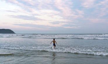 BABYBJÖRN Magazin – In ihrer Elternzeit fuhr Carina nach Brasilien, der fünfjährige Sohn am Strand.