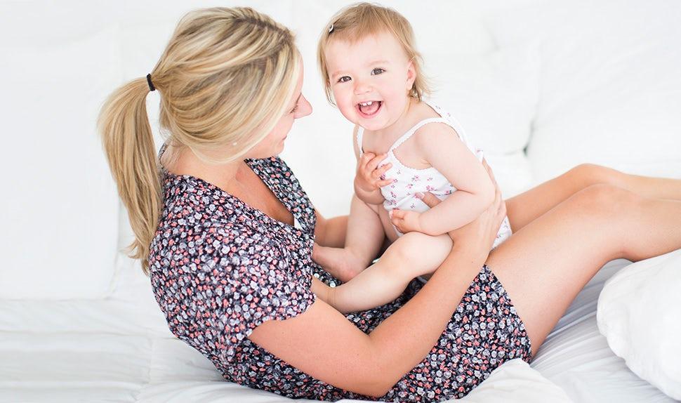 BABYBJÖRN Magazin – Die Mutter hält das Kind im Arm. Die Mutter-Kind-Bindung kann auf vielerlei Weise gestärkt werden.