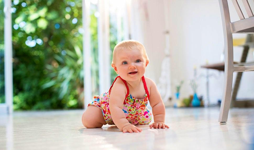 Magazine BABYBJÖRN – À quel âge bébé rampe-t-il ? L'enfant apprend à se déplacer de façon autonome.