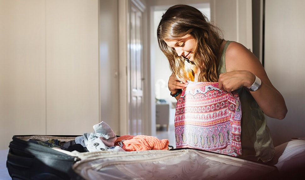 Magazine BABYBJÖRN – Une future maman en train de faire sa valise maternité