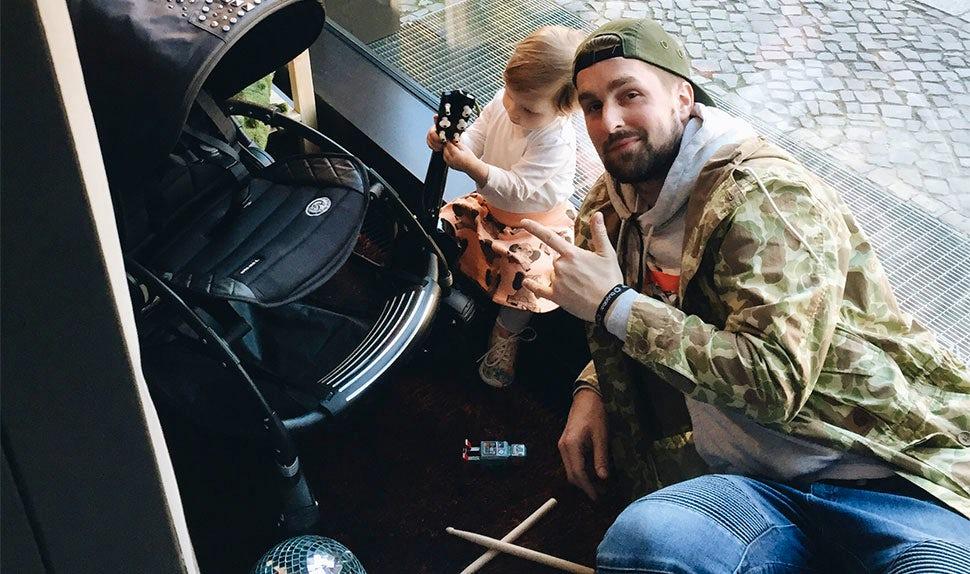 BABYBJÖRN Magazin – Der Musiker Simon nimmt Elternzeit für seine Tochter.