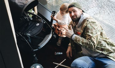 BABYBJÖRN Magazine – Musician Simon is on parental leave with his daughter.