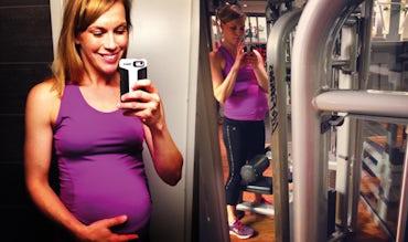 Magazine BABYBJÖRN – Petra Månström fait de la musculation au gymnase pendant sa grossesse.