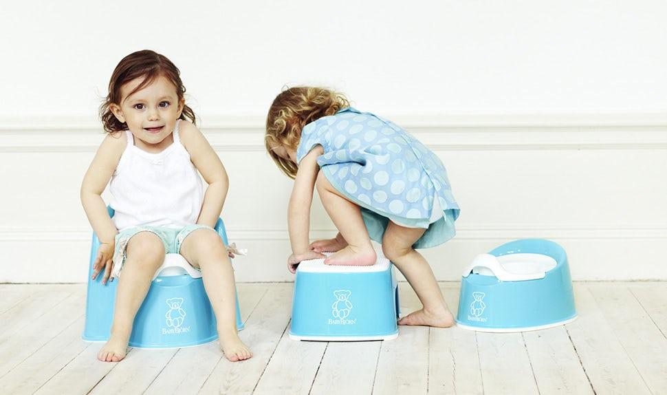 BABYBJÖRN Magazin - Ein Kind testet den BABYBJÖRN Topfstuhl, um die Windel abzulegen
