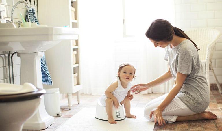 BABYBJÖRN Magazin – Mutter und Kind beim Töpfchentraining im Badezimmer