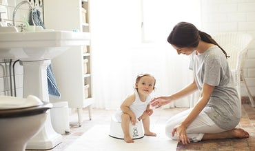 BABYBJÖRN Magazine - Potty training in the bathroom with a Mum and her tot