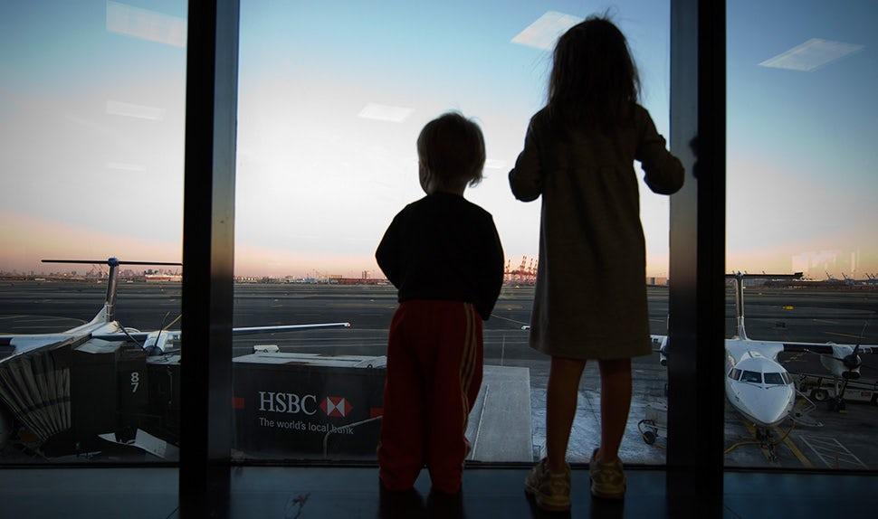 BABYBJÖRN Magazin – Erwartungsfrohe Kinder am Flughafen – wir geben Tipps für Reise-Apps zur Urlaubsplanung