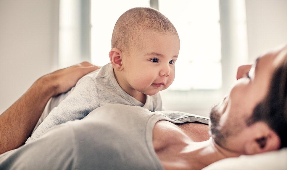 BABYBJÖRN Magazin – Ein Baby trainiert in seinem ersten Lebensjahr seinen Nacken und entwickelt seine Sinne. Babys erstem jahr.