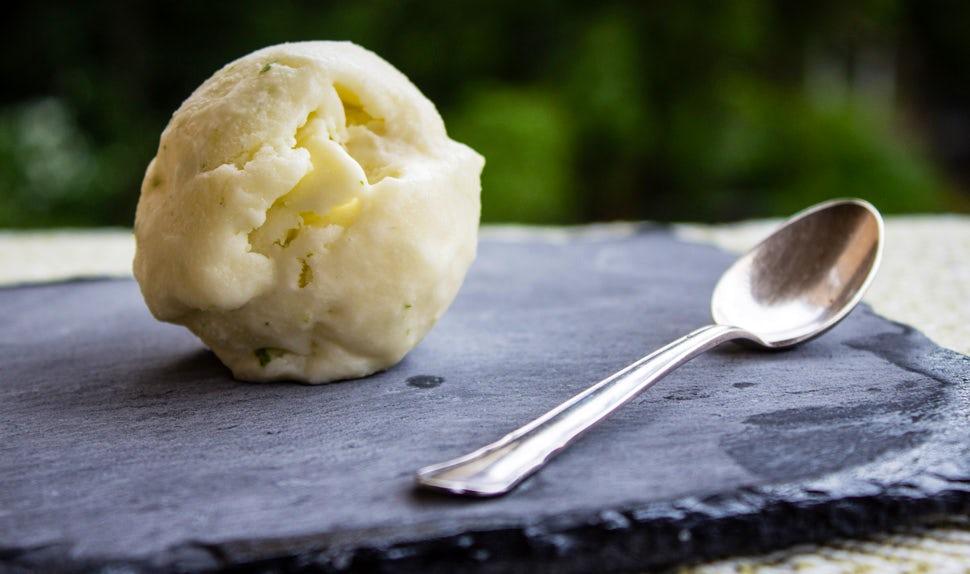 BABYBJÖRN Föräldramagasin – Gör egen glass: gott recept på lime- och kokosglass.