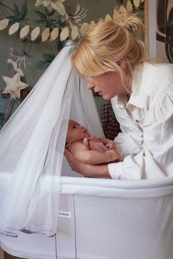 Cradle White Mesh can be combined with the canopy in airy mesh - BABYBJÖRN