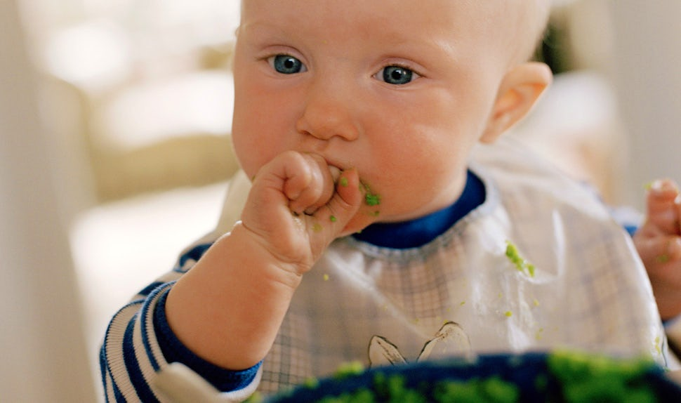 BABYBJÖRN Magazine – Baby eating baby food