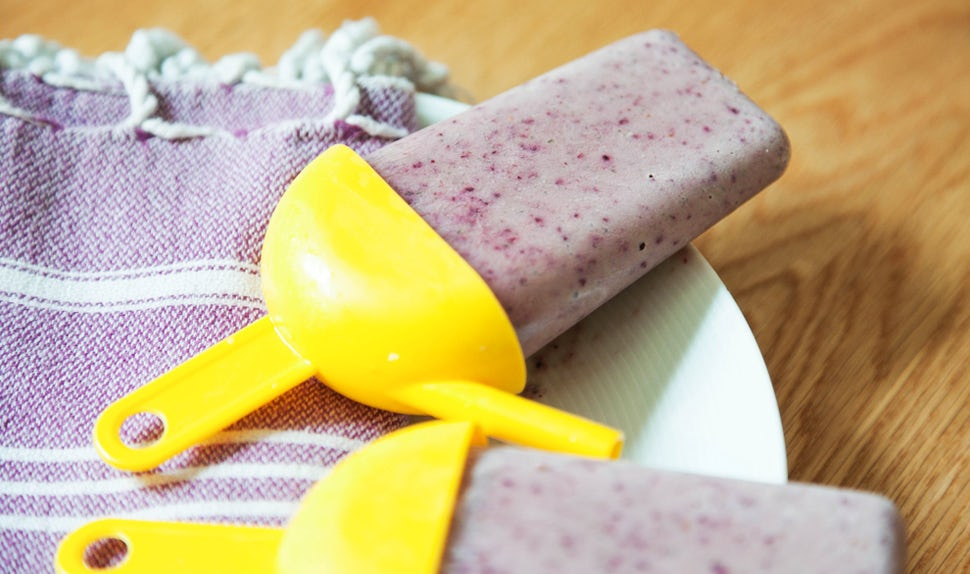BABYBJÖRN Magazine for Parents – Ice lollies made of creamy yoghurt, berries and fruit.