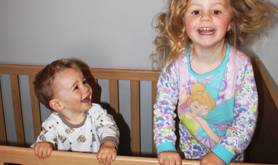 BABYBJÖRN Magazine – Baby not sleeping – two happy, wide-awake siblings in a crib.