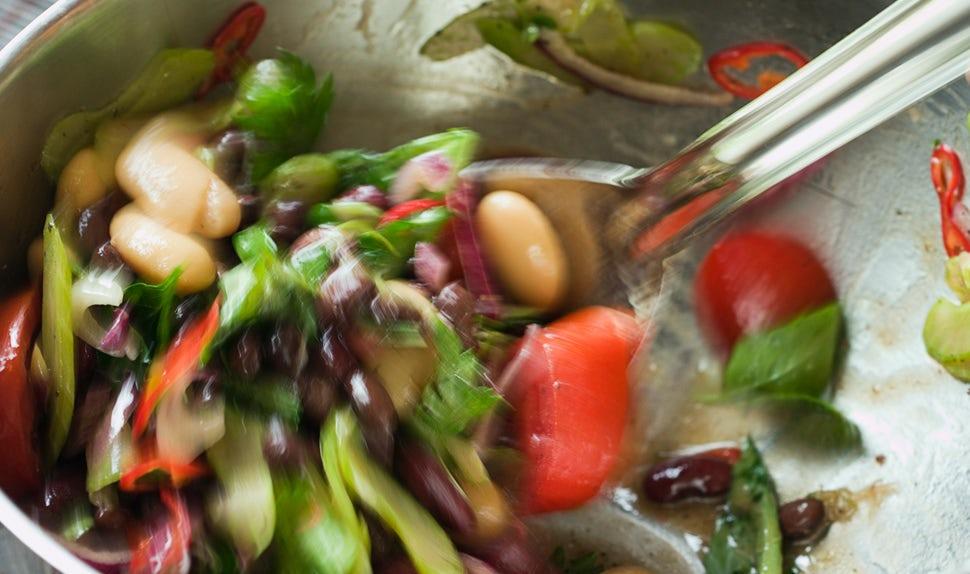 Revista BABYBJÖRN – Dieta para embarazadas: una ensalada de legumbres y verduras es una comida nutritiva para las futuras mamás.