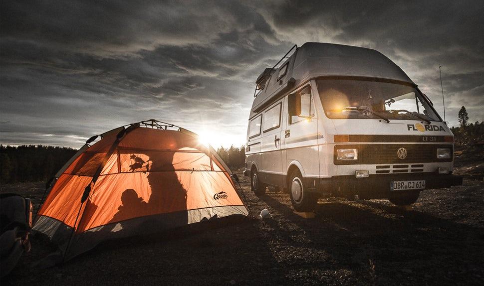 BABYBJÖRN Föräldramagasin – Familjen är på långresa med campingbuss och tält.