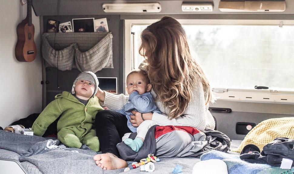 BABYBJÖRN Föräldramagasin – Mamma Juli med sina tvillingdöttrar sitter inne i campingbussen.