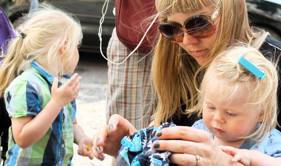 BABYBJÖRN Föräldramagasin – Artikelförfattaren Maria Hellbjörn med sin familj. I den här krönikan skriver hon om livet som småbarnsförälder.