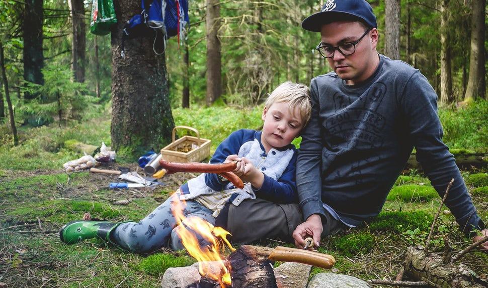BABYBJÖRN Magazin – Joacim und Karolina, die Familie Matkoma, bereitet ihr Essen genauso gern unterwegs im Freien zu wie am heimischen Herd.