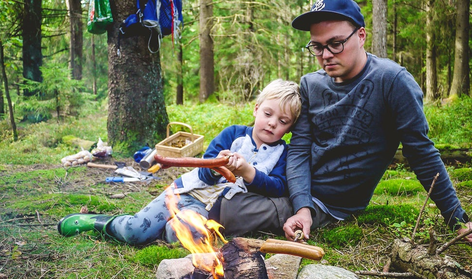 BABYBJÖRN Magazine –Joacim and Karolina, the Matkoma Family, share inspiration for families cooking outdoors.