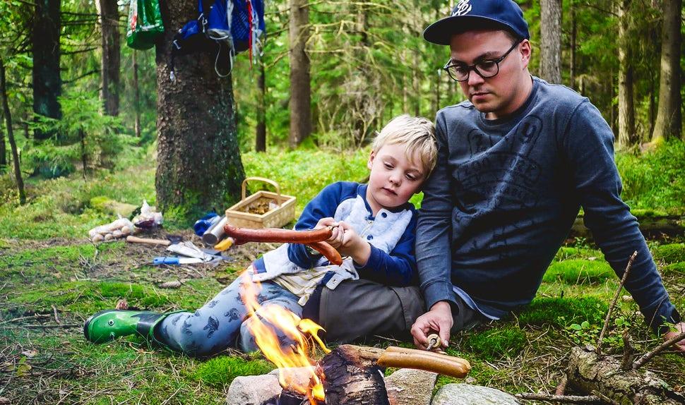 Revista BABYBJÖRN – Joacim y Karolina, la familia Matkoma, disfrutan preparando la comida al aire libre al igual que en la cocina de casa.