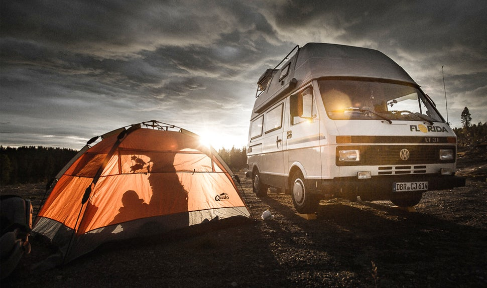 BABYBJÖRN Magazin – Die Familie ist unterwegs auf einer langen Reise mit dem Campervan und einem Zelt.