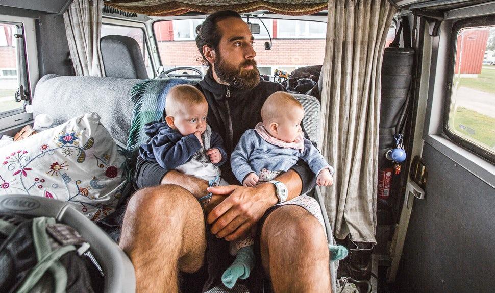 Magazine BABYBJÖRN - Christian, le papa, attend dans le camping-car avec les jumelles.