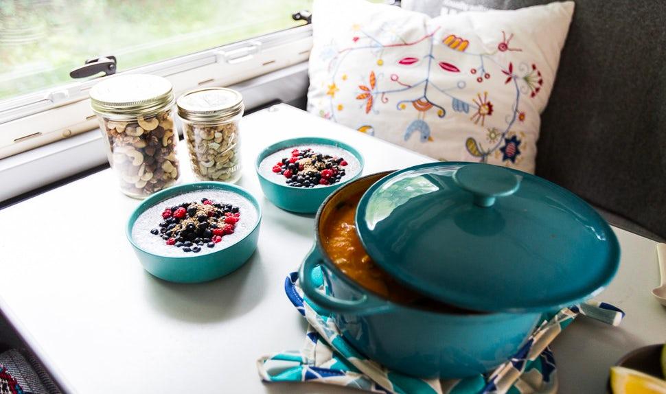 BABYBJÖRN Föräldramagasin – På bordet i campingbussen står en vegetarisk gryta, chiapudding och burkar med nötter.
