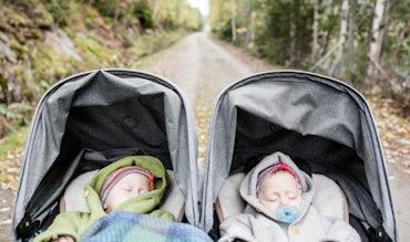 Magazine BABYBJÖRN – Les jumelles font la sieste dans leur poussette.