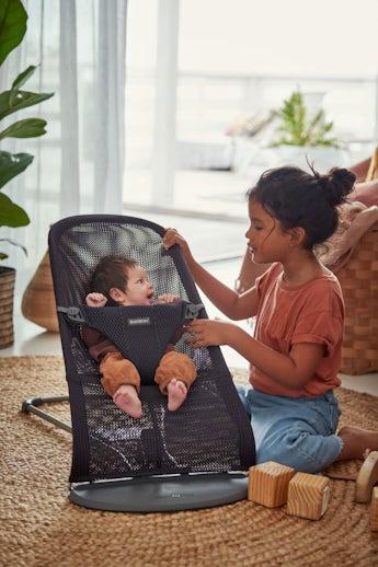 Babysitter Bliss i Antracitgrå lufitig och mjuk mesh - BABYBJÖRN