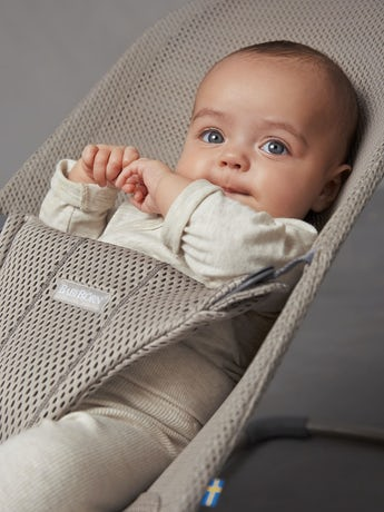 Babysitter Bliss Greige i luftig Mesh - BABYBJÖRN