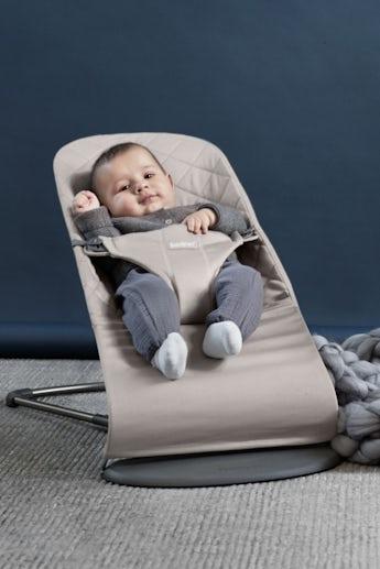Babysitter Bliss Sandgrå Cotton, ergonomisk babysitter - BABYBJÖRN