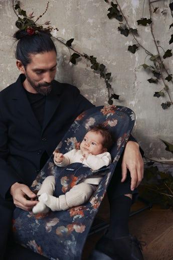 Babysitter Bliss Svart Midnattsblom Mesh - BABYBJÖRN