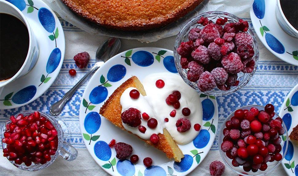 BABYBJÖRN Magazin – Saftiger glutenfreier Zitronenkuchen mit Polenta und Mandelmehl.